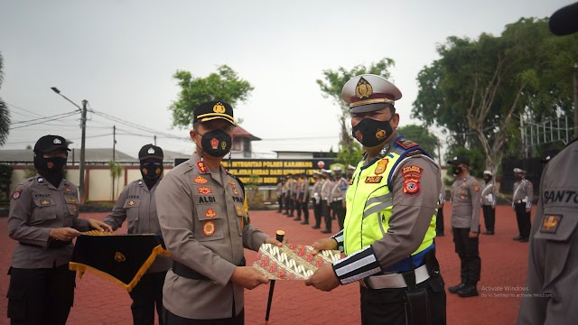 29 Personil Polres Karawang Mendapatkan Penghargaan Dari Kapolres Atas Dedikasi Dan Loyalitas Tinggi.