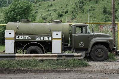 Tanklaster mit zwei Zapfsäulen an der Seite