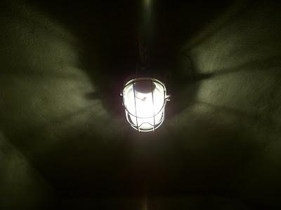 薄暗い蛍光灯