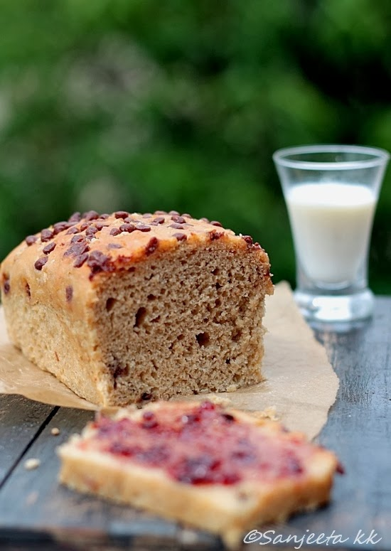 Eggless wholewheat bread and mini date cakes