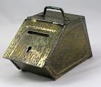 Kolenkit blik met goud glans Jugendstil L 6,5 cm B 12 cm lang H 6.5 cm met handvat 8 cm.