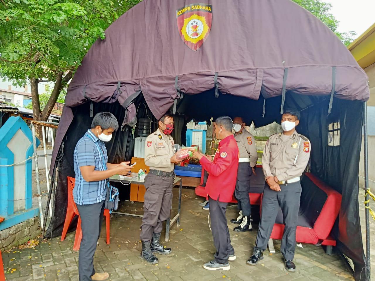 Peduli Personil Pengamanan Covid, Kasubbag Humas Wakili Jurnalis di Gowa Bagikan Ratusan masker