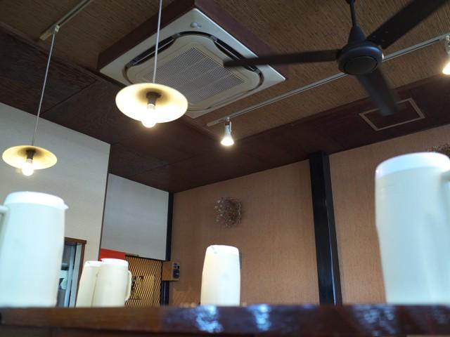 店内のオサレな照明とシーリングファン