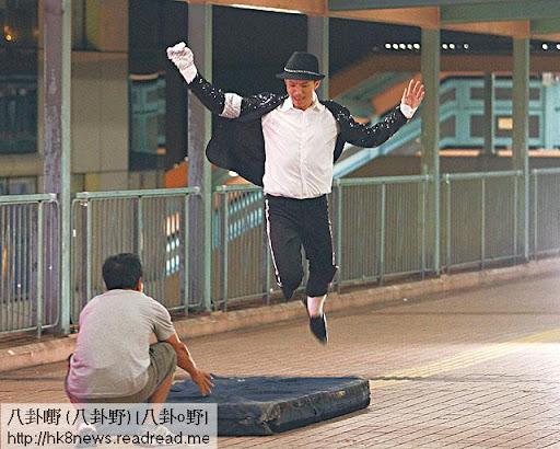 一身閃片西裝的張繼聰,在天橋上扮 MJ跳 Moon Walk。