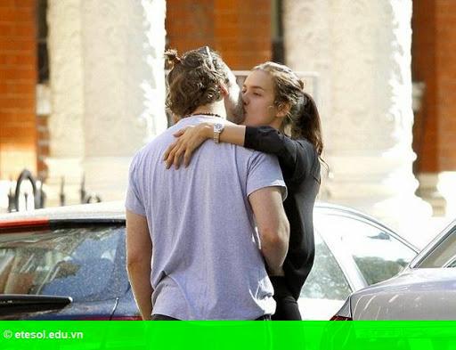Hình 1:  Điểm tin hậu trường 16/05: Irina Shayk hôn đắm đuối tình mới, CR7 truyền nghề cho quý tử