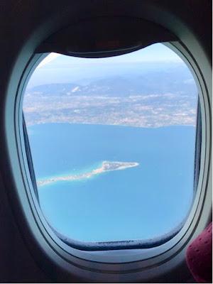 En lang, smal halvøy som stikker ut i sjøen sett fra flyvindu.