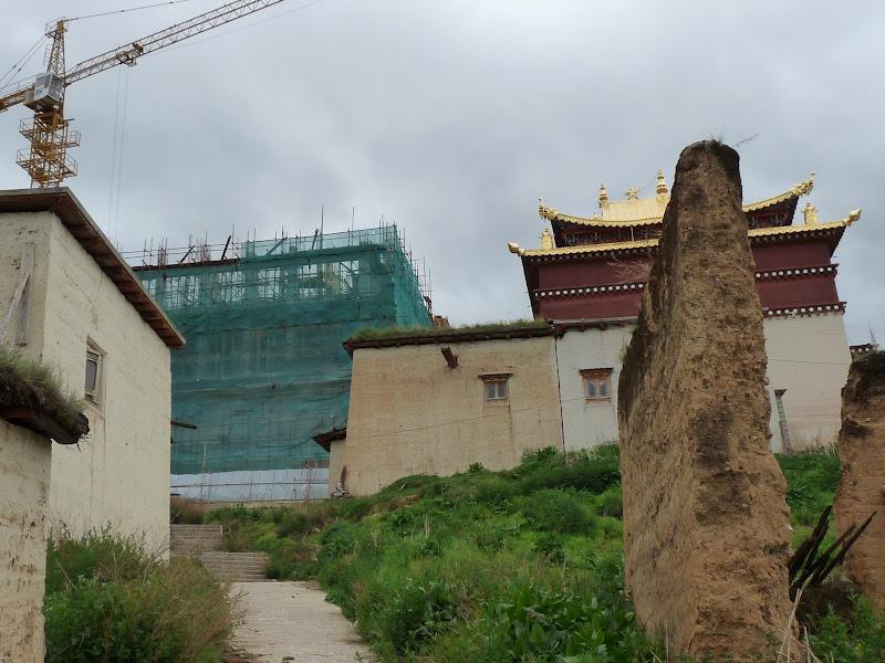 Reconstruction d un énorme bâtiment soit disant en mauvais état, en fait qui fut détruit pendant la révolution culturelle,comme des milliers d autres