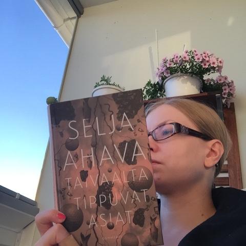 Hannan kirjokansi: Selja Ahava: Taivaalta tippuvat asiat