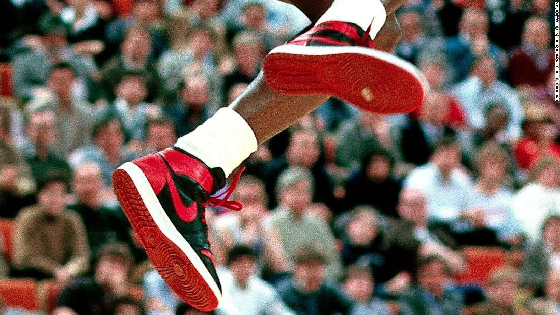 Jordan đã từng mang đôi giày bóng rổ màu đỏ và đen này xuất hiện chớp nhoáng trong các trận đấu trước mùa giải, nhưng nó đã thu hút sự chú ý của NBA
