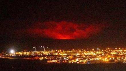 Το ηφαίστειο Fagradalsfjall της Ισλανδίας εκρήγνυται, εκτοξεύοντας λάβα στον ουρανό