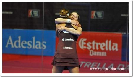 Alejandra Salazar y Marta Marrero se funden en un abrazo al terminar la final