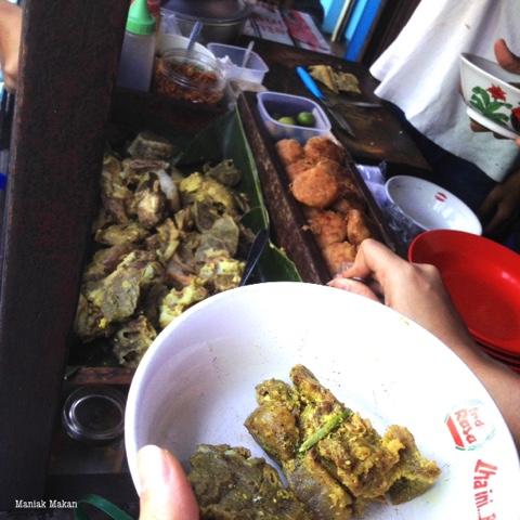 maniak-makan-kawasan-surya-kencana-bogor-chinatown-kuliner-khas-soto-kuning-pa-bongkok-ambil-daging-sendiri