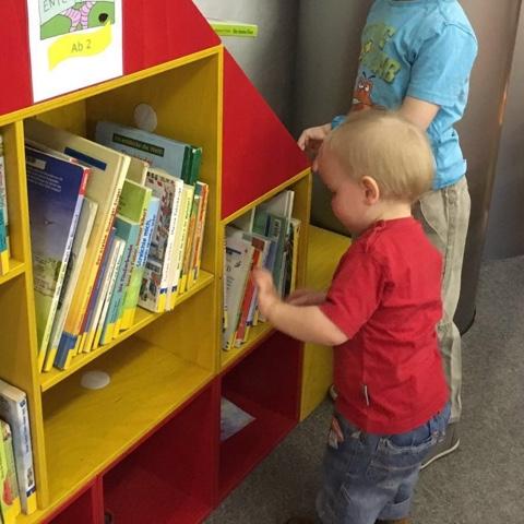 Kinder schauen sich Bücher an