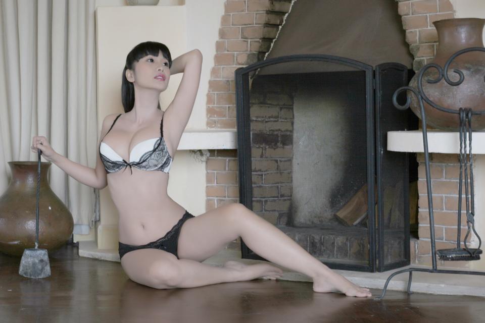 Lê Kiều Như với bikini ren màu đen