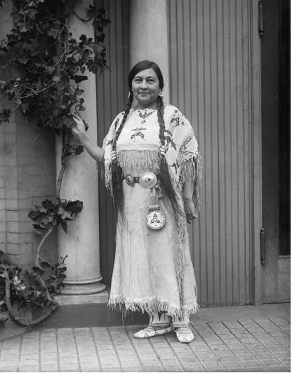 Entre las mujeres prominentes que asistieron a la reunión del Partido Nacional de Mujeres en Washington se encontraba la Sra. Gertrude Bonnin, de soltera princesa Zitkala-Sa de la tribu Sioux.