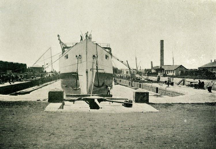 El PRINCESA DE ASTURIAS en el dique. Foto de la revista EL MUNDO NAVAL ILUSTRADO. Año 1898.jpg