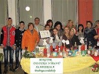 A Magyar Tanítási Nyelvű Alapiskola asztalánál diákok és pedagógusok.jpg