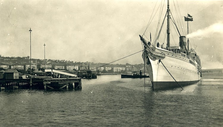 El REINA MARIA CRISTINA al final de sus días, actuando como crucero y pintado de blanco. Arxiu Fotografic del Museu Maritim de Barcelona. Postal.JPG