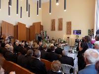 07 A család és ismerősök mellett társadalmi, politikai, egyházi és civil szervezetek képviselői is jelen voltak.JPG