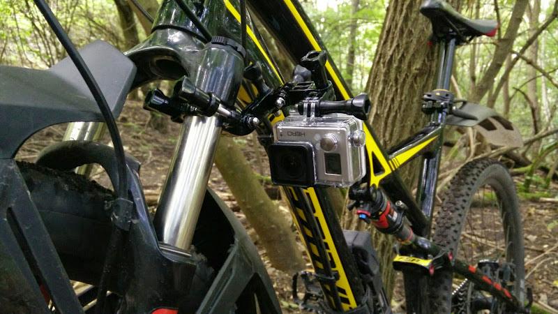 Die GoPro Hero 3+ an der Federgabel montiert.