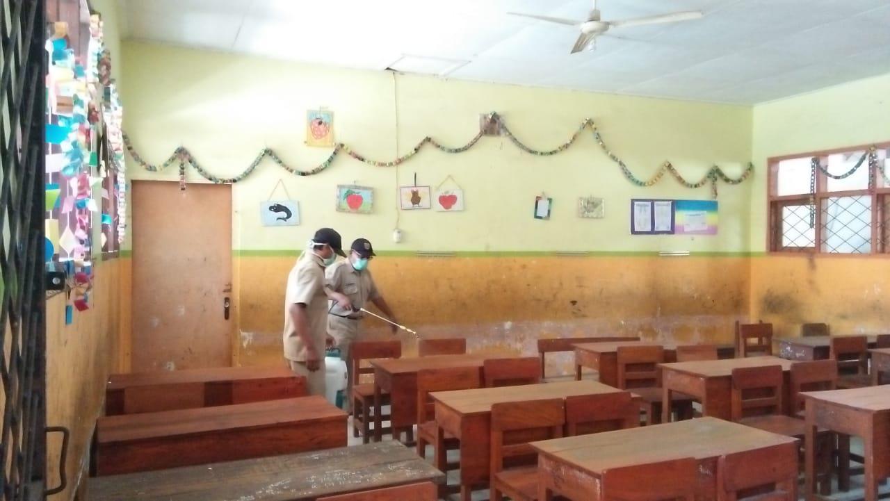 Dua Sekolah di Puger Kulon Disemprot Ulang Disinfektan