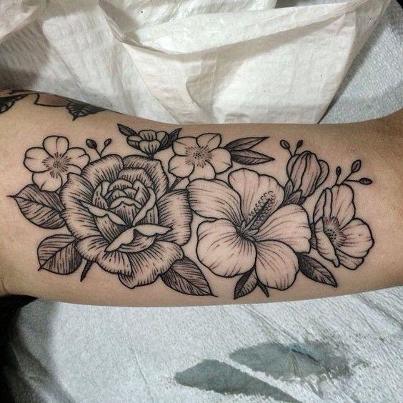 havaiano_de_flores_braço_de_tatuagem