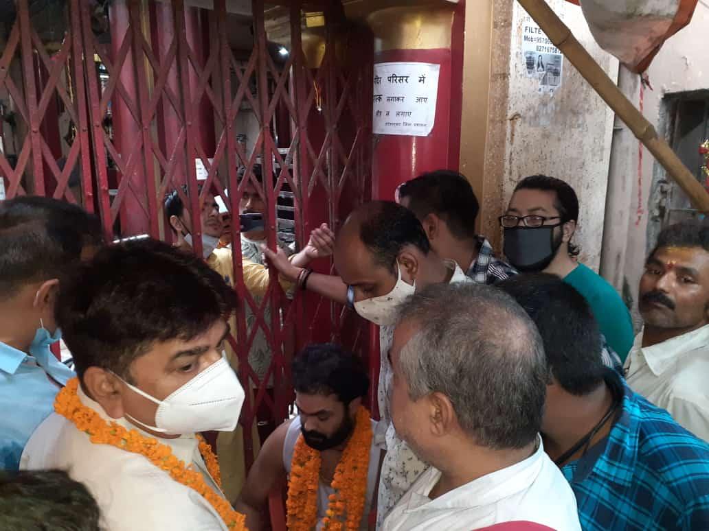 भोजपुर एडीएम ने आरण्य देवी मंदिर के महंत मनोज बाबा को जुस पिलाकर आमरण अनशन को तोड़वाया...