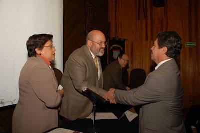 Entrega de reconocimiento al Secretario Académico de la ENP, Biol. Alejandro Martínez Pérez en la inauguración del Ciclo de Cine Jurídico Itinerante.