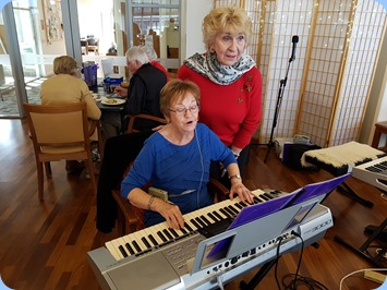 Diane Lyons playing her Yamaha PSR 3000 with Margaret Black adding vocals.
