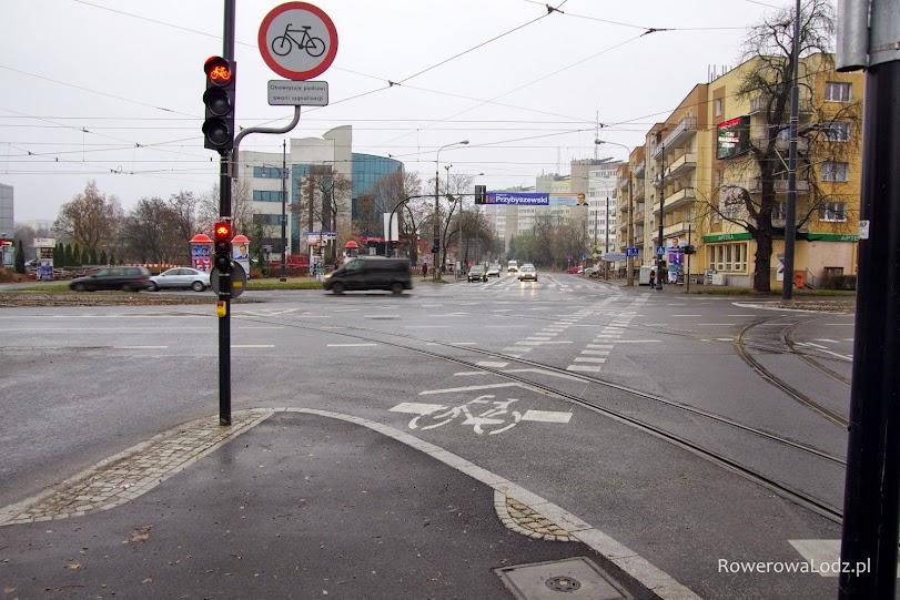 Sygnalizacja działa na tym skrzyżowaniu przez całą dobę, ale na wypadek awarii ustawiono znak zakazujący wówczas wjazdu rowerem.