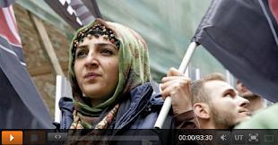 Demonstrantin mit Fahne.