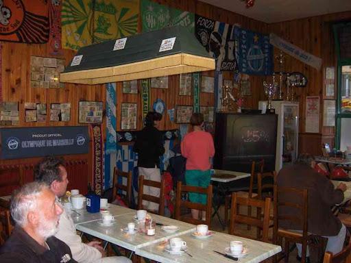 Petit déjeuner au bar de l'Oustaou à Signes