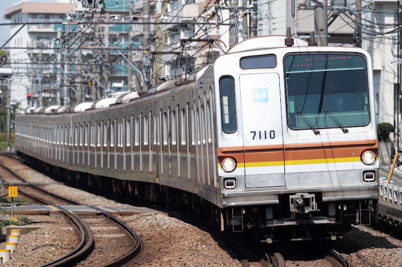 200411 白楽カーブの東京メトロ7000系