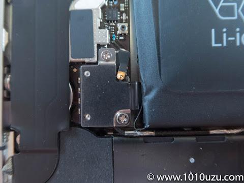 電池の端子のネジを2つ外す
