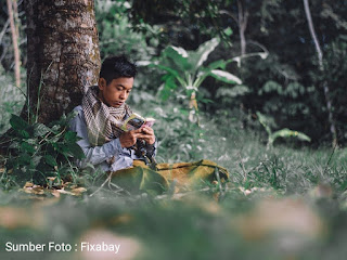 gambar foto seorang sedang belajar agama islam