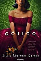 """Portada del libro """"Gótico"""", de Silvia Moreno-Garcia. Aparece una mujer de cabello corto, oscuro, sus ojos no aparecen ya que están cortados por el borde del libro. Lleva un vestido palabra de honor de color rojizo, y sostiene flores en las manos."""