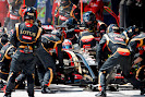Romain Grosjean, Lotus E22 Renault, makes pit stop