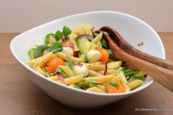 Melonen-Pasta-Salat mit Mozzarellakugeln und Avocado