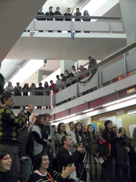 Alumnos viendo el karaoke desde los pisos superiores