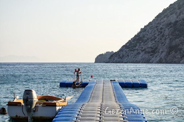 Datça, Kızılbük'te Gabaklar'ın sahilinde denize girerken