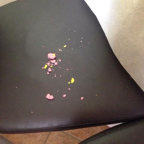 Reste von Knete auf dem Stuhl