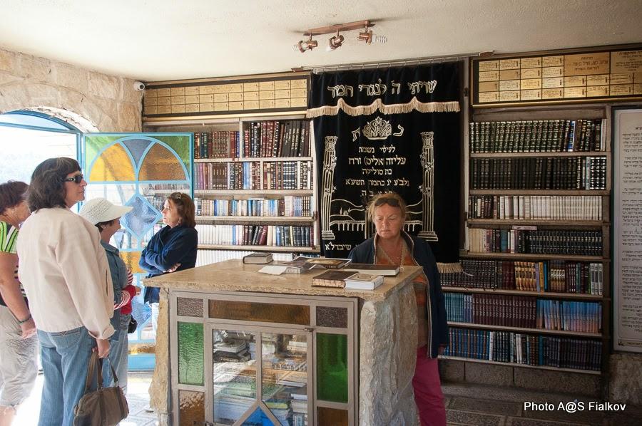 В синагоге на могиле Раби Иегуда Бар Илай. Экскурсия по Верхней Галилее. Гид в Израиле Светлана Фиалкова.