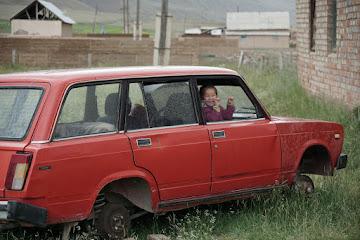 Mädchen spielt im ausgemusterten Auto