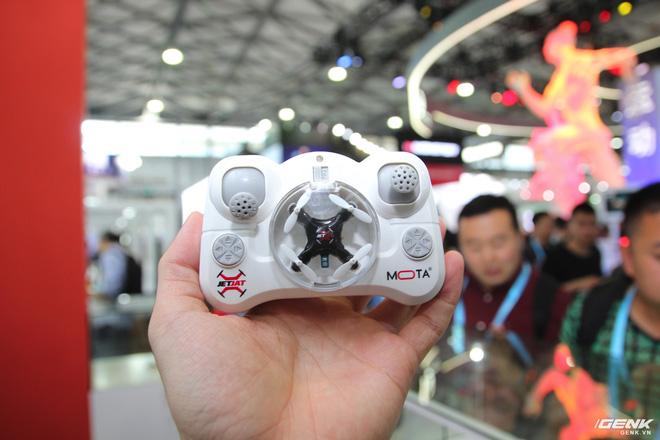 Chiếc drone tí hon đang được đựng trong tay cầm điều khiển.
