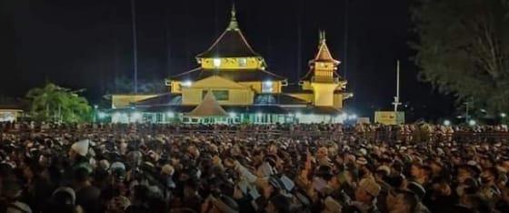 Datangi Istana Alwatzikoebillah, Ribuan Warga Sambas Dengarkan Tausyiah UAS