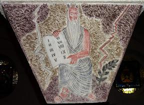 Moïse tient les tables de la Loi