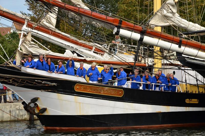 Aan boord van de 'Swaensborgh' genieten de Waddenwichter zichtbaar van de warme publieke belangstelling in Laboe.