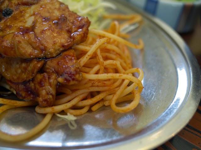 皿の脇に盛られた細麺ケチャップスパ