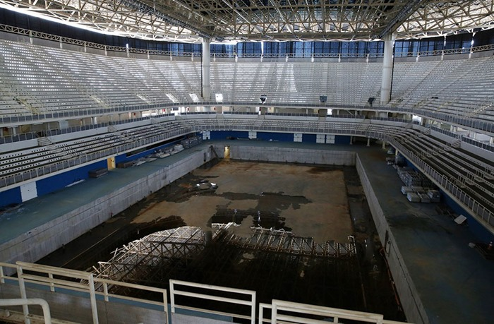 maracana-olympic-facilities-fall-apart-urban-decay-rio-2016-9