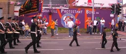Protestantische Parade auf der Shankill Road in Belfast, Nordirland
